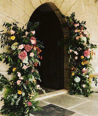 Entrance way of dreams? 🌸💫 . . . . . . 📸 @onefabday . #weddingflowers #weddinflowersdecor #weddingflorist #weddingflowerideas #wedddingflower #weddingflowersinspiration #weddingflower #weddingfloral #weddingfloraldesign #weddingentrance #weddingentryideas