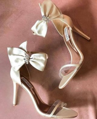 How beautiful are these? #weddingshoegoals . . . . . 📸 @girlswhitedream  . #weddingshoes #shoegoals #bridalheels #bridalshoes #weddingheels