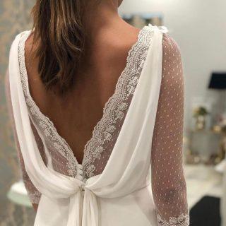 Loving the combination of lace and silk in this dress 😍⠀ ⠀ 📸 @weddingdressesguide⠀ ⠀ ⠀ #princessdress #disneywedding #dresses #bride #bridal #bridetobe #fashion #weddingphoto #weddings #lace #groom #couture #fashion
