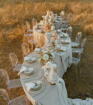How would you style your wedding table? We love this warm golden vibe. ❤️⠀ ⠀ ⠀ 📸@weddingdayready⠀ ⠀ ⠀ ⠀ #weddingceremony #weddingday #weddinginspiration #lookbook #weddinginspo #instawedding #weddingideas #bohodecor