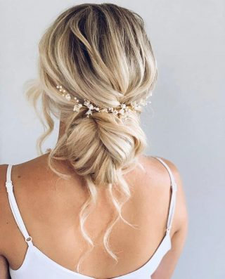 Hair up or hair down? That is the question. This stunning effortless hairstyle lands somewhere in the middle. 😍❤️⠀ ⠀ #weddinghairstyle #haristyle #updo #weddingsinpo #wedding #weddingday